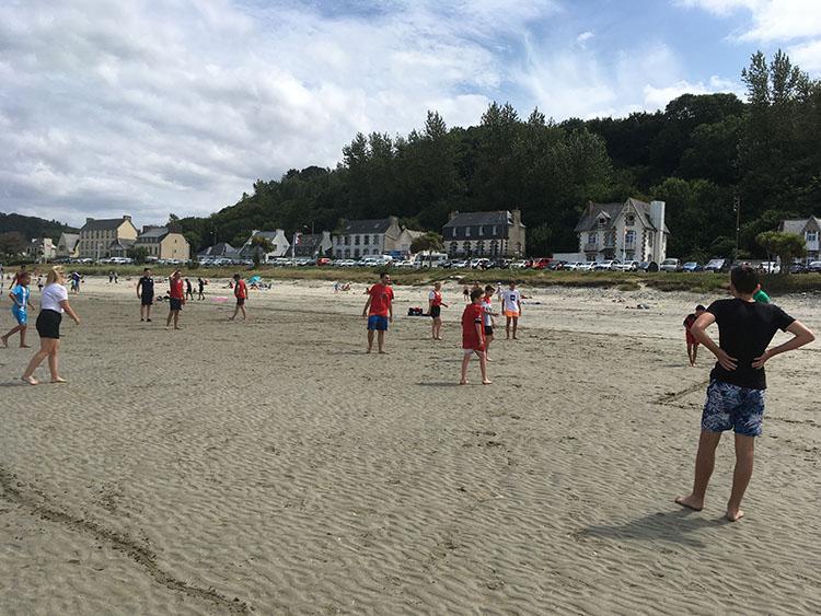 activiteit op het strand georganiseerd door camping Saint Efflam