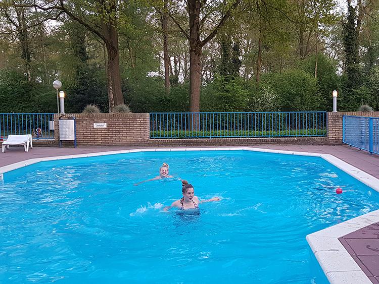 buitenzwembad op camping heidepark lemelerveld
