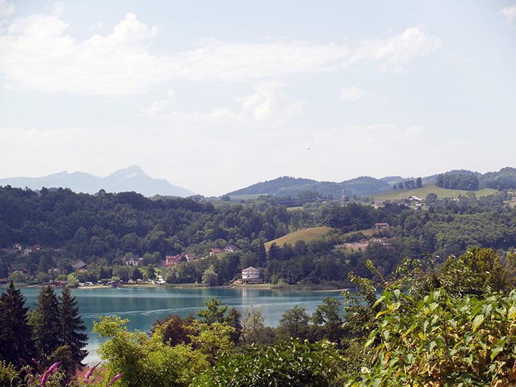 camping le curtelet gezien vanaf de overkant van het meer