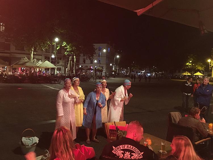 de badmutsen zingen op het plein tijdens nacht van goud in deventer