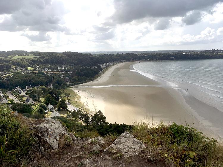 de heuvel beklommen met het uitzicht over de zee en camping