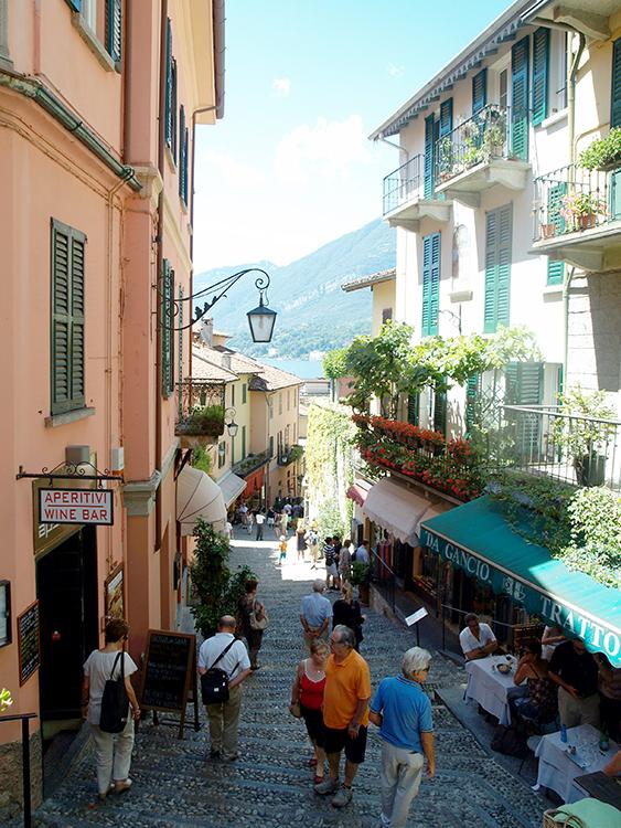 dwalen door de smalle winkelstraatjes van bellagio