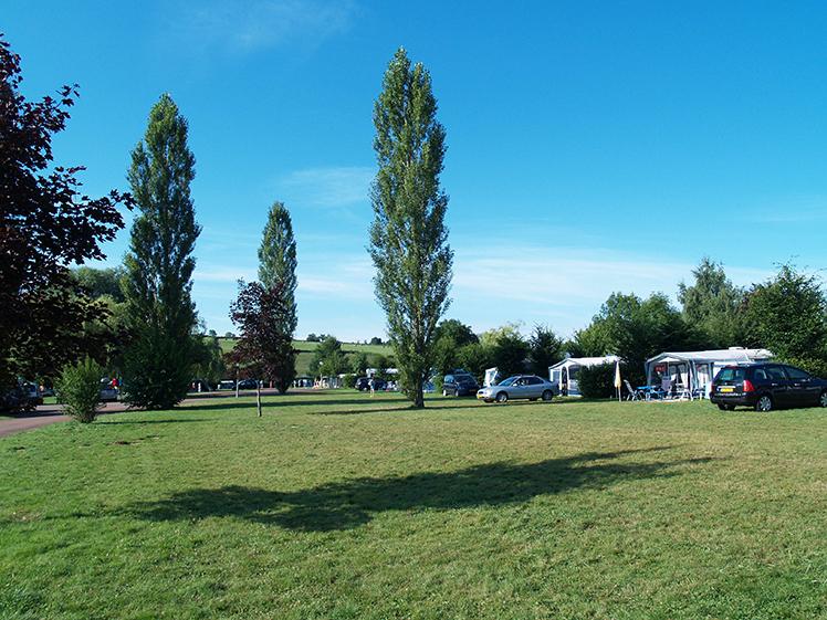 een van de velden van camping etang de fouche in arnay le duc