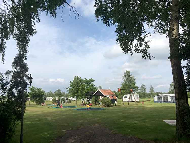 kampeerveld met speeltuin camping de stjelp in oudega