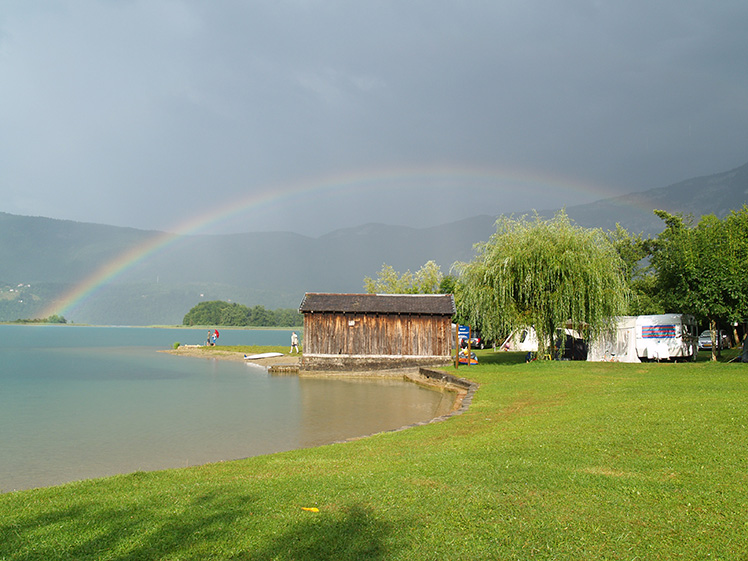 lac d'aiguebelette na een regenbui verschijnt een regenboog