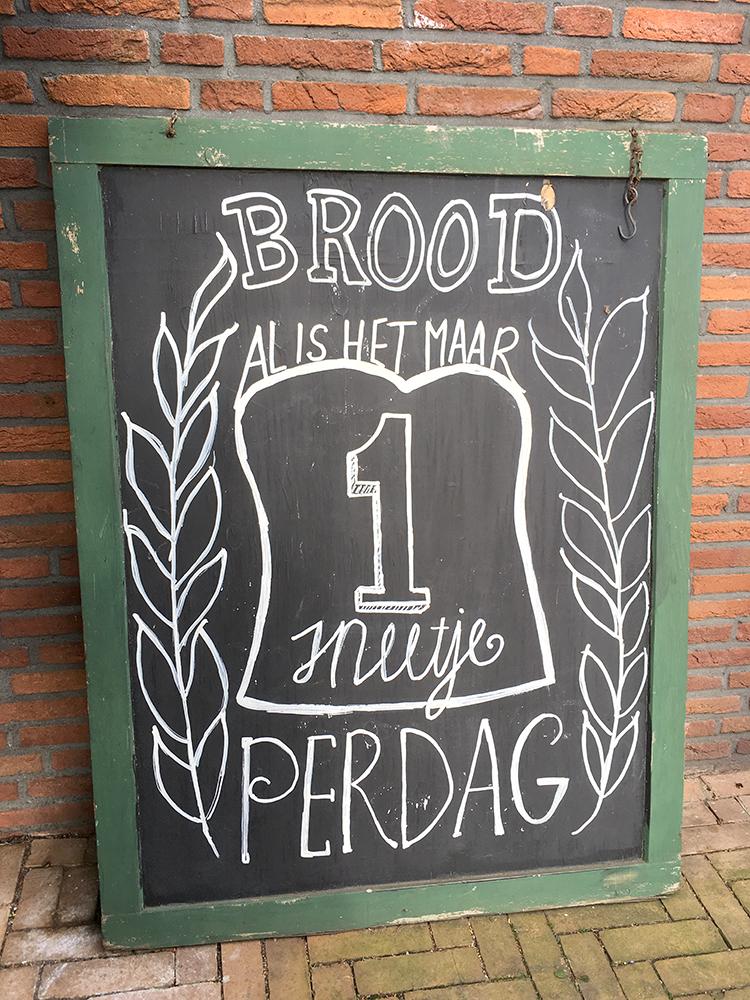 bord bij bakkerij van der most in lemelerveld met de tekst brood al is het maar 1 sneetje per dag