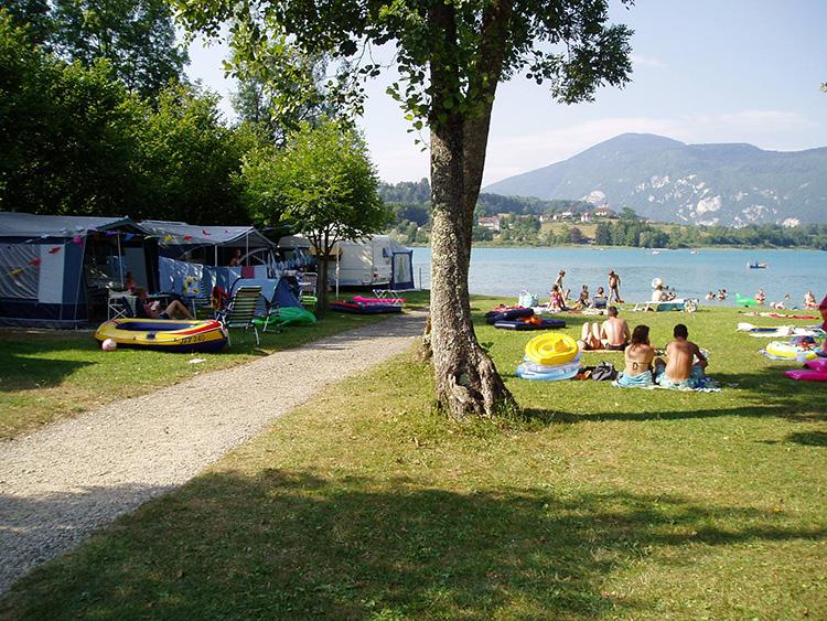ligveld van camping le curtelet direct aan lac d'aiguebelette