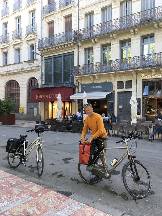 met de trein en fiets aangekomen in carcassonne nieuwe stad