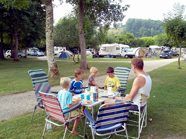 ontbijt op camping le curtelet in lepin le lac