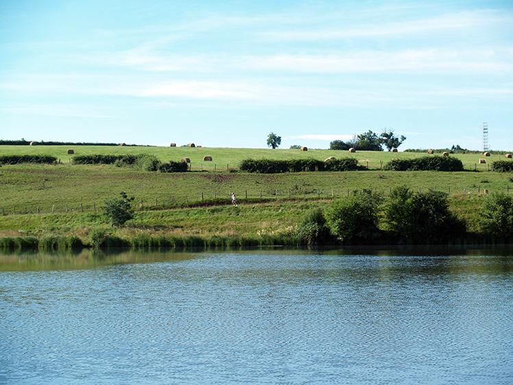uitzicht naar de overkant van het meer op camping etang de fouche in arnay le duc