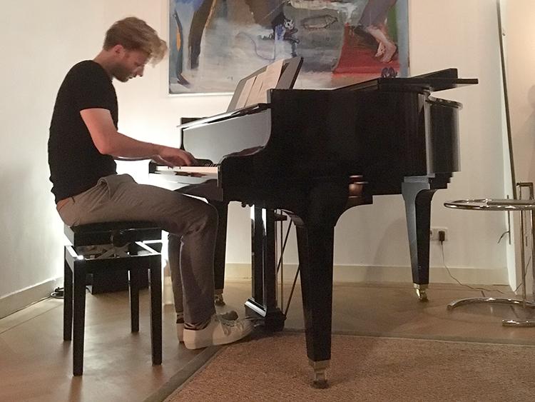 sing en songwriter in een woonhuis tijdens nacht van goud in deventer