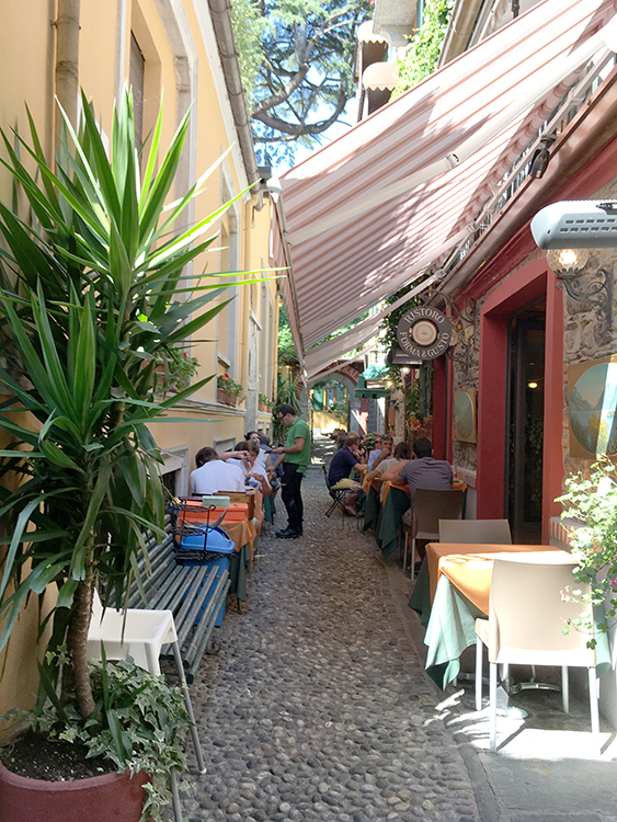 uit eten in een nauwe straat in bellagio