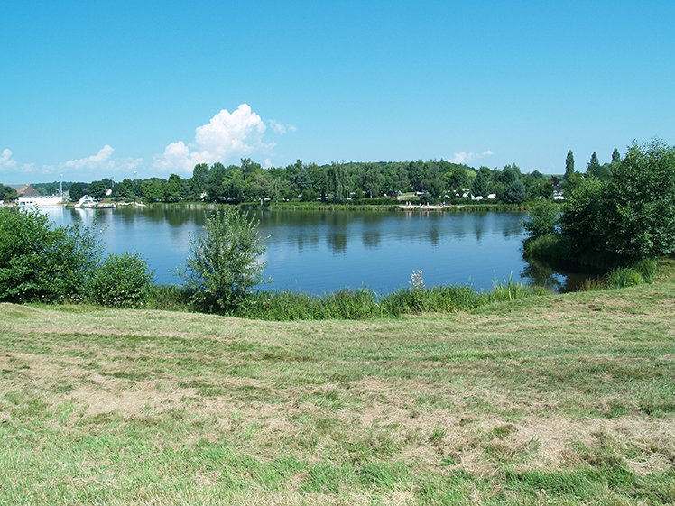 uitzicht over het meer naar camping etang de fouche in arnay le duc