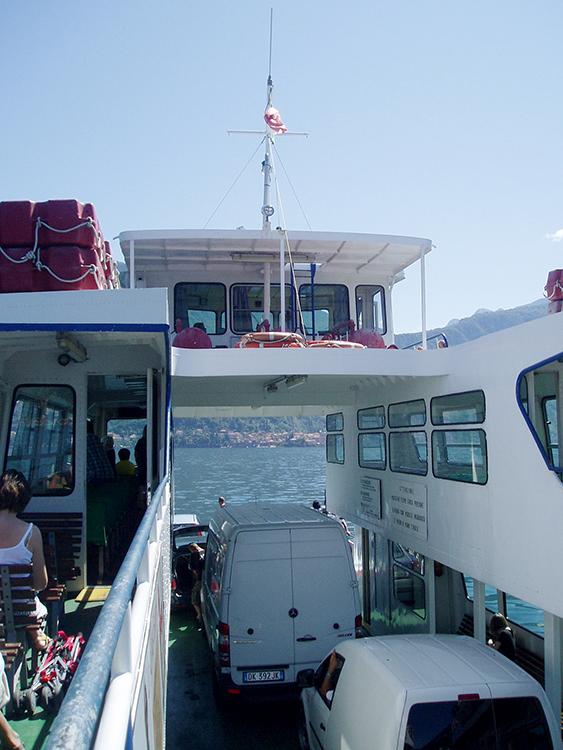 op de veerboot naar bellagio