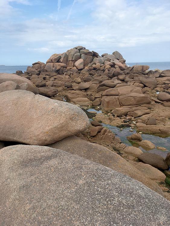 Côte de granit rose mag je over de rotsen klimmen