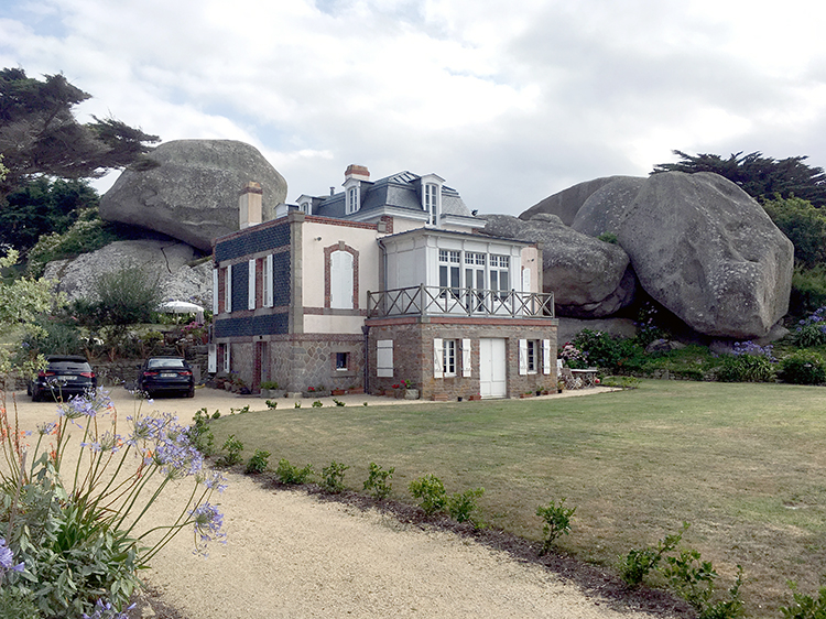 enorme rotsen in de tuin van een woonhuis