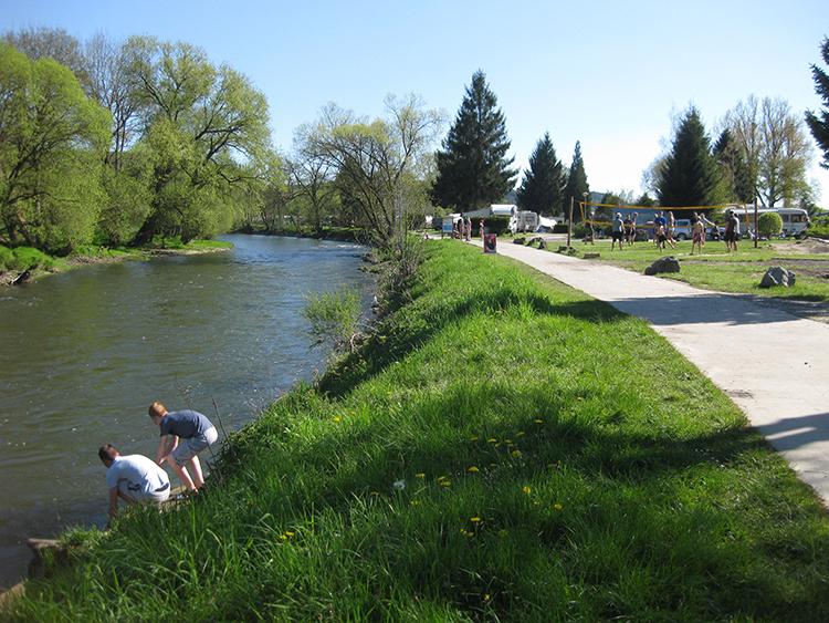 genoeg te doen op outdoor camping barvaux langs de rivier en fietspad