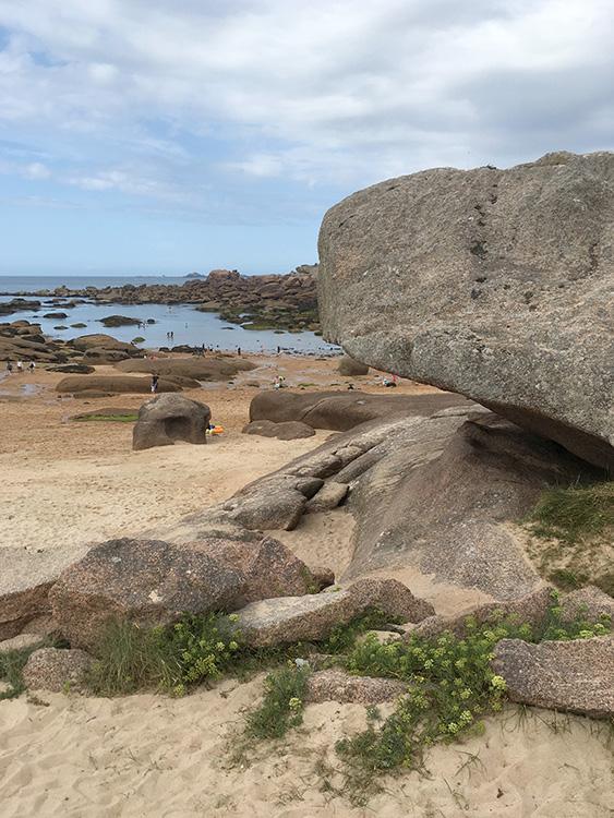 rotspartijen op het strand Côte de granit rose