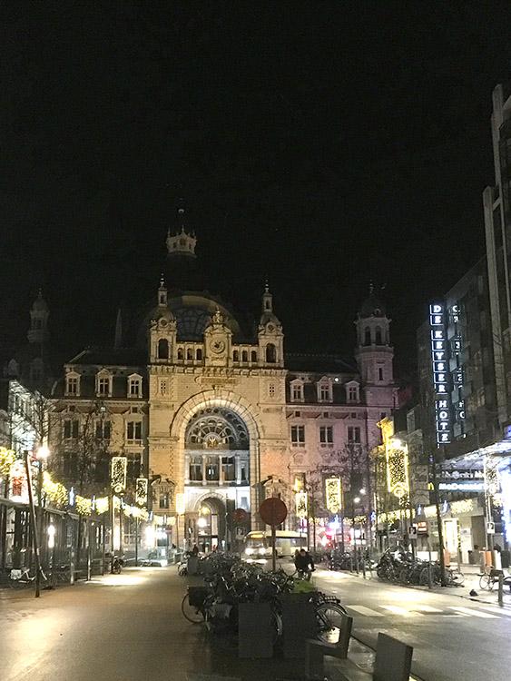 De Keyser Hotel Antwerpen naast het station in de avond