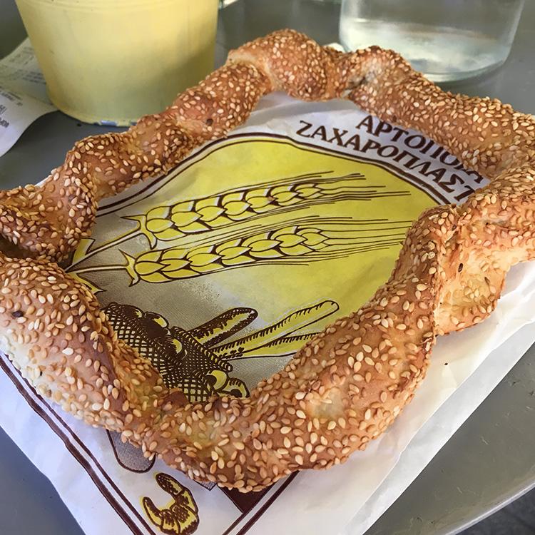een koulouri traditioneel ringvormig Grieks brood met sesamzaad
