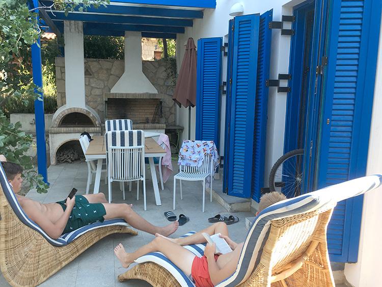 terras Villa Aleni op het eiland Aegina