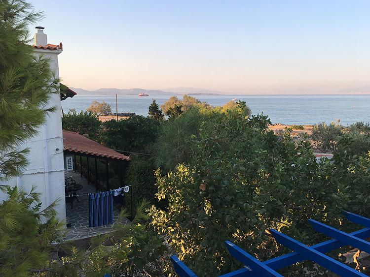 uitzicht vanaf het dakterras van Villa Aleni op het eiland Aegina