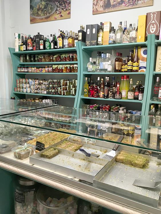 verschillende producten van Mourtzis Aegina Stad