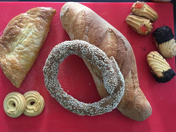 brood en koekjes van bakkerij sorros in aegina stad