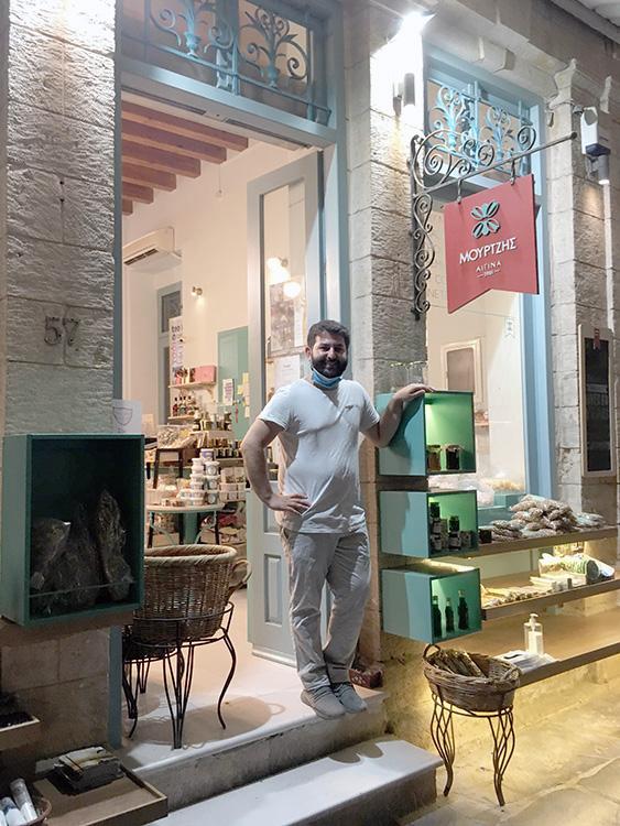 eigenaar mourtzis winkel in aegina stad