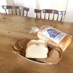 waldkornbrood, tijgerwit, sesam bruin brood van bakkerij frank rood