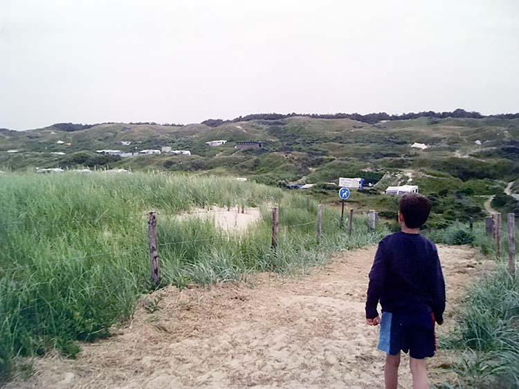 van het strand naar camping Kogerstrand De Koog lopen door de duinen